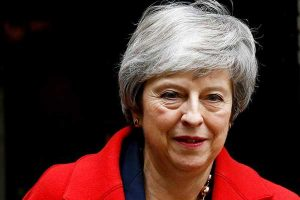 Theresa May sufre duros reveses en debate