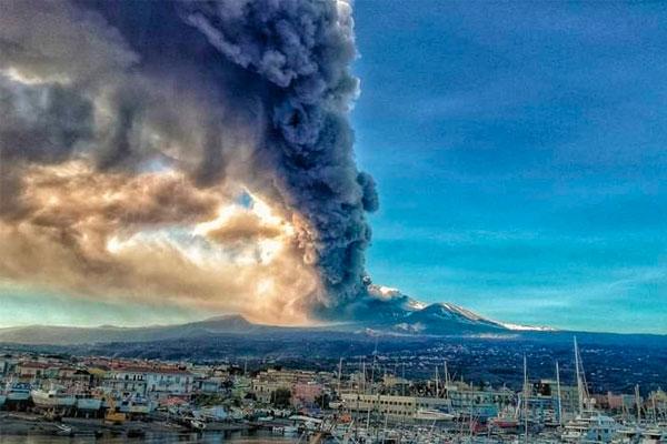 Italia: Volcán Etna entra en erupción