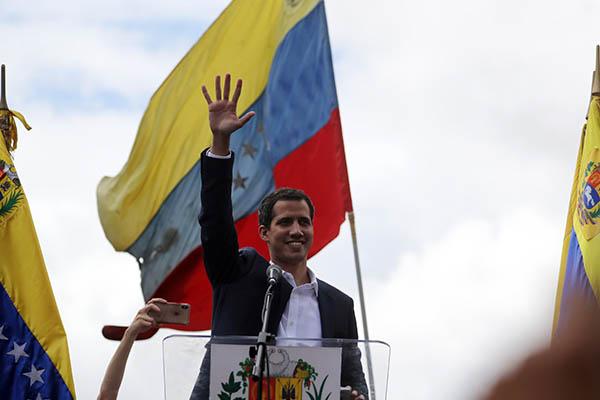 "Juan Guaidó asumió presidencia ""interina"" de Venezuela"