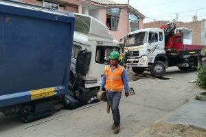 San Martín de Porres: Camión de basura se hundió por filtración de agua potable