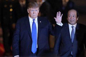 Donald Trump llega a Hanoi para dialogar con el líder norcoreano Kim Jong-un