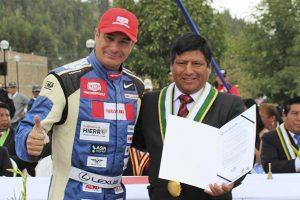 Homenajean a reconocido piloto nacional Aníbal Aliaga por sus logros deportivos.
