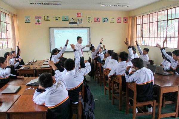 Miles de escolares regresan a las aulas en 21 regiones