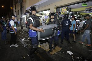 MML retira a comerciantes informales de Mesa Redonda