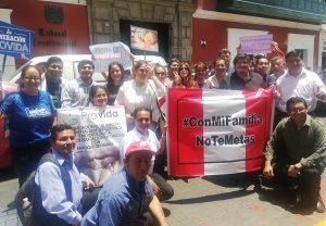 El Movimiento Pro Familia protesta en el TC [VÍDEO]