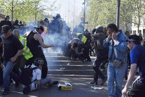 'Chalecos amarillos' desafían a Macron con nuevos disturbios