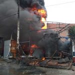 SMP: Voraz incendio se registra en taller de conversión de combustible a gas frente a un grifo