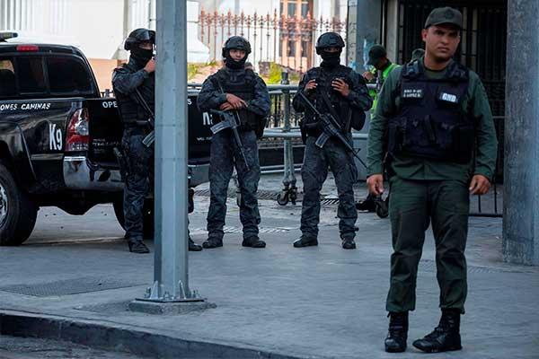 Parlamento venezolano aplaza sesión tras un operativo policial en su sede