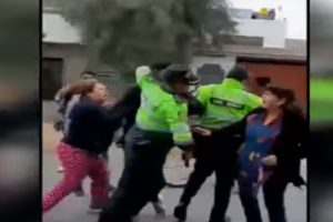 Familia impide captura de menor acusado por robo y agreden a policías [VIDEO]