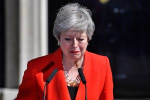 May anuncia llorosa que dejará el cargo