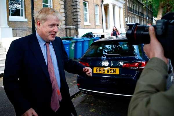 Johnson amenaza con retener cuantioso pago