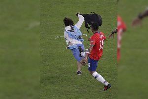 Jugador chileno agrede a hincha que se metió en el campo en medio del partido
