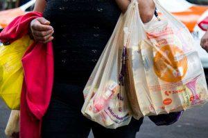 Usan 3,000 mllns de bolsas plásticas al año