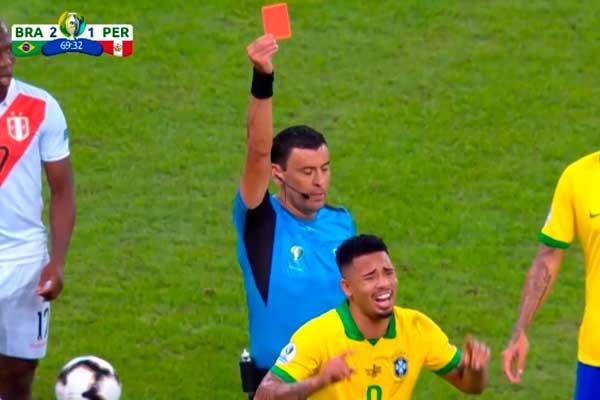 Perú vs. Brasil | Gabriel Jesús se va expulsado por una falta contra Zambrano [VIDEO]