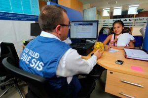 Todo peruano sin seguro de salud será afiliado al SIS, oficializa el Gobierno