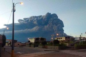 Moquegua: Cenizas expulsadas por el volcán Ubinas alertan a la población