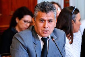 Congresista Campos niega recortes al sueldo de exasesor