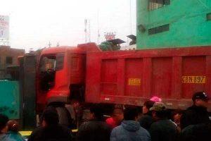 Independencia: Chofer muere al estrellar camión en comisaría