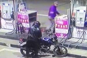 Delincuente en moto quiso asaltar grifo, pero en su huida terminó cayendo en un hueco