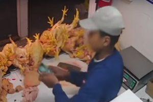 Menor de edad es captado robando en un puesto de venta de pollos en el Mercado Central