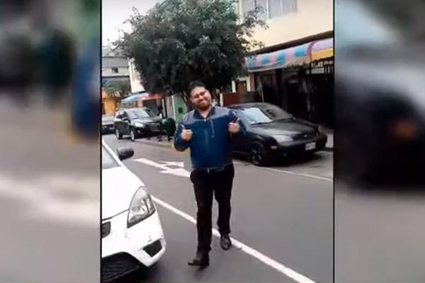 Profesor deja su vehículo en medio de la calle y se burla de una madre ante el reclamo