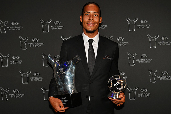 Virgil Van Dijk recibe el premio al mejor jugador de la UEFA