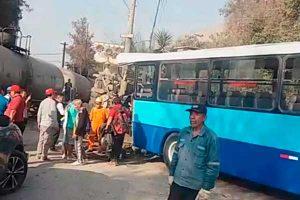 SJL: Choque de bus y tren deja 10 escolares heridos