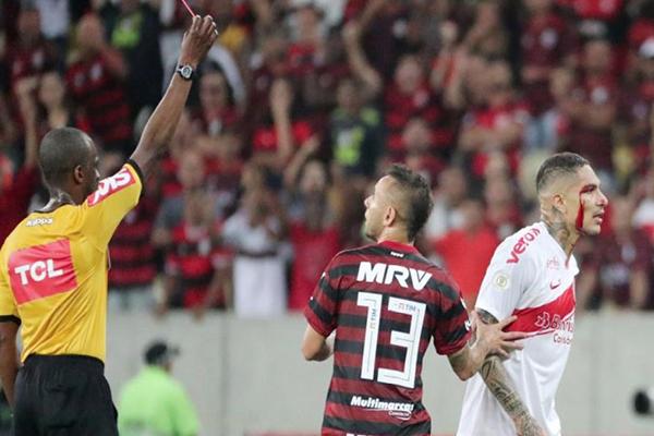 Paolo Guerrero podría recibir 6 fechas de suspensión en el Brasileirao