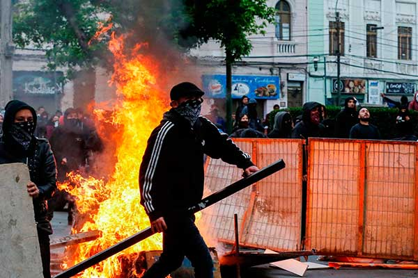Chile: Continúan protestas pese a toque de queda