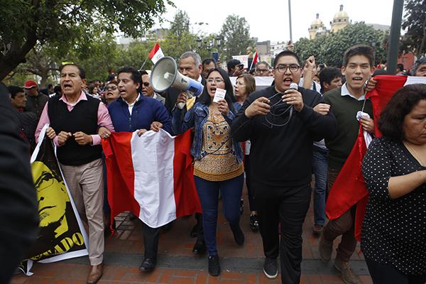 Se realiza marcha contra disolución del Congreso