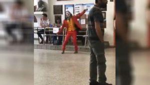 Elecciones en Argentina: sujeto vestido como el 'Joker' emitió su voto en Lanús