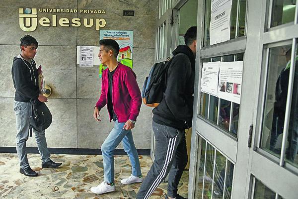 Universidades privadas compiten por alumnos