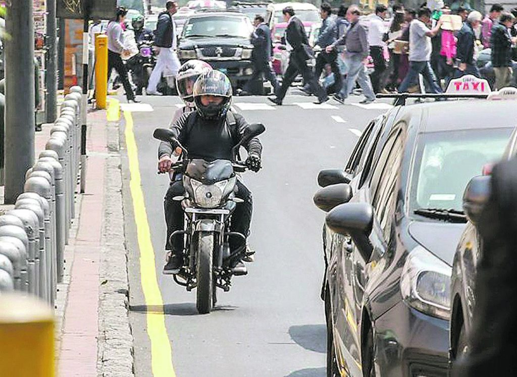 'Taxi motos' operan frente al aeropuerto