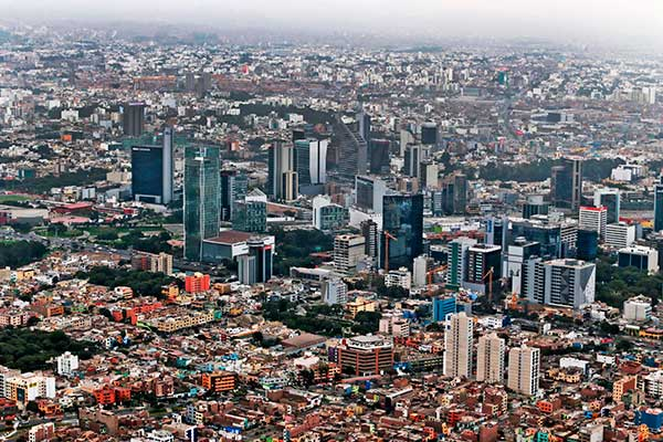 Fitch Ratings cambia perspectiva económica de Perú de estable a negativa