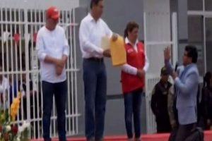 Alcalde de Canchaque se arrodilla ante Vizcarra para pedirle obras
