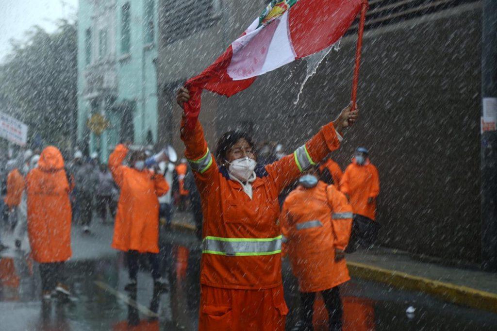 Trabajadoras de limpieza se enfrentan a la Policía en la avenida Abancay | FOTOS
