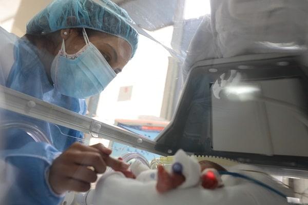 Hospital Rebagliati: bebé prematuro extremo que nació durante pandemia se reencuentra con su madre