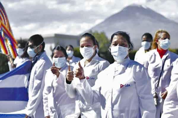 Cuestionan labor de médicos cubanos