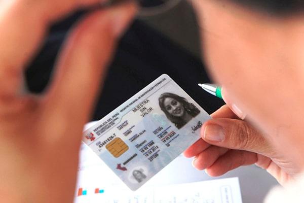 Peruanos adultos podrán usar DNI como tarjeta de débito virtual, afirma Cateriano