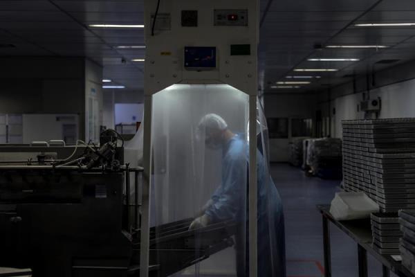 Oxford anuncia que seguirá con pruebas de su vacuna pese a muerte de un voluntario en Brasil