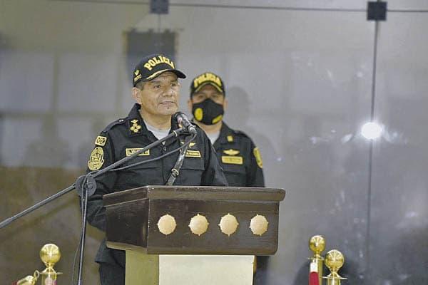 Tnt. Gral. Velasco 'cuadra' a ministro del Interior