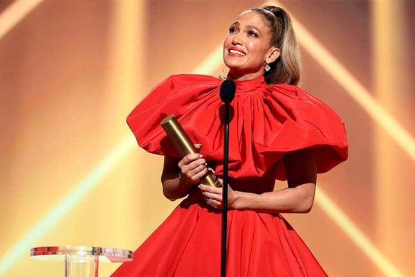 Jennifer Lopez recibe el premio «People's Icon» en los People's Choice Awards 2020