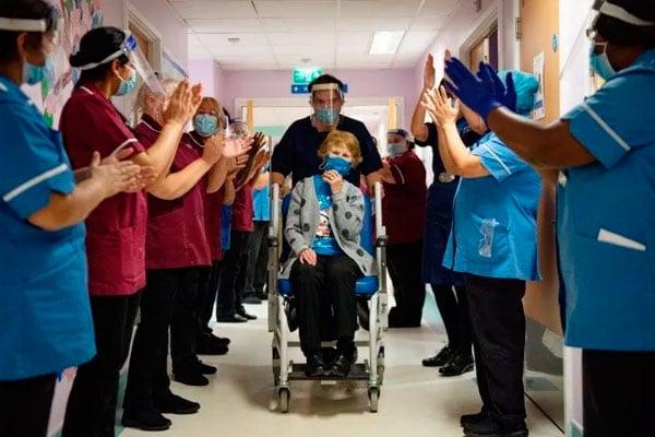 Mujer de 90 años es la primera en vacunarse