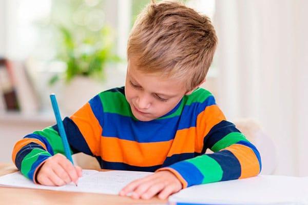 ¿Nuestros hijos deben estudiar durante las vacaciones? Esto dicen los expertos