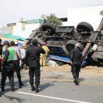 San Isidro: rescatan a tres obreros que quedaron atrapados tras volcadura de grúa