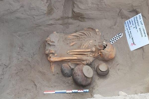 Hallan entierro prehispánico en Chimbote