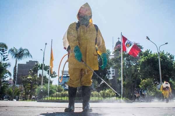 Escuadrón de Medio Ambiente realiza limpieza y desinfección de parques en Lince