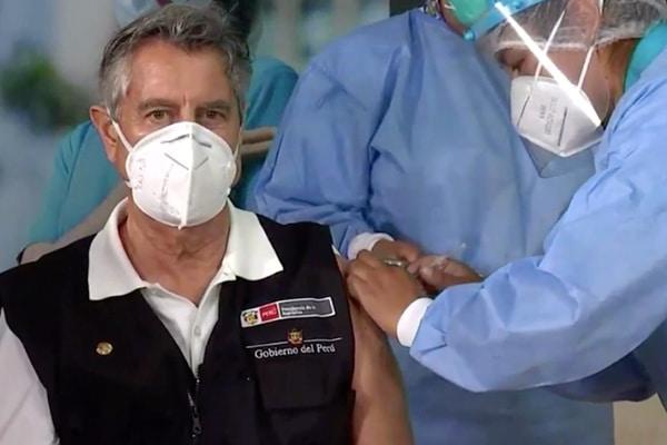 Francisco Sagasti recibió primera dosis de vacuna de Sinopharm: «La vacunación iniciada es un primer paso para derrotar la pandemia»