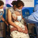 Primera adulta mayor en ser inmunizada con Pfizer tiene 104 años de edad