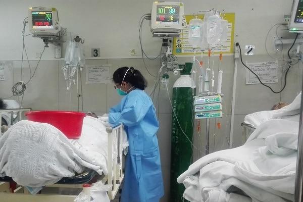 Más de 2,450 enfermos de covid están en UCI